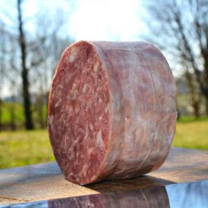 Trancio salame cotto con sfondo natura - salumi Piemonte - Agrisalumeria del Bosco