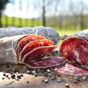 salame crudo piemontese in primo piano con sfondo natura - Agrisalumeria del Bosco - salumi Piemonte
