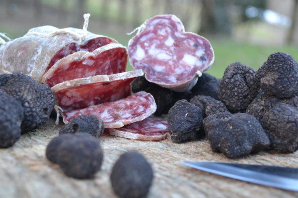 tagliere con tartufi e salame - Agrisalumeria Del Bosco, salame al tartufo