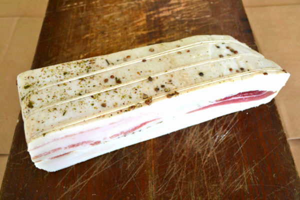 Trancio di lardo al pepe su tagliere- Agrisalumeria del Bosco